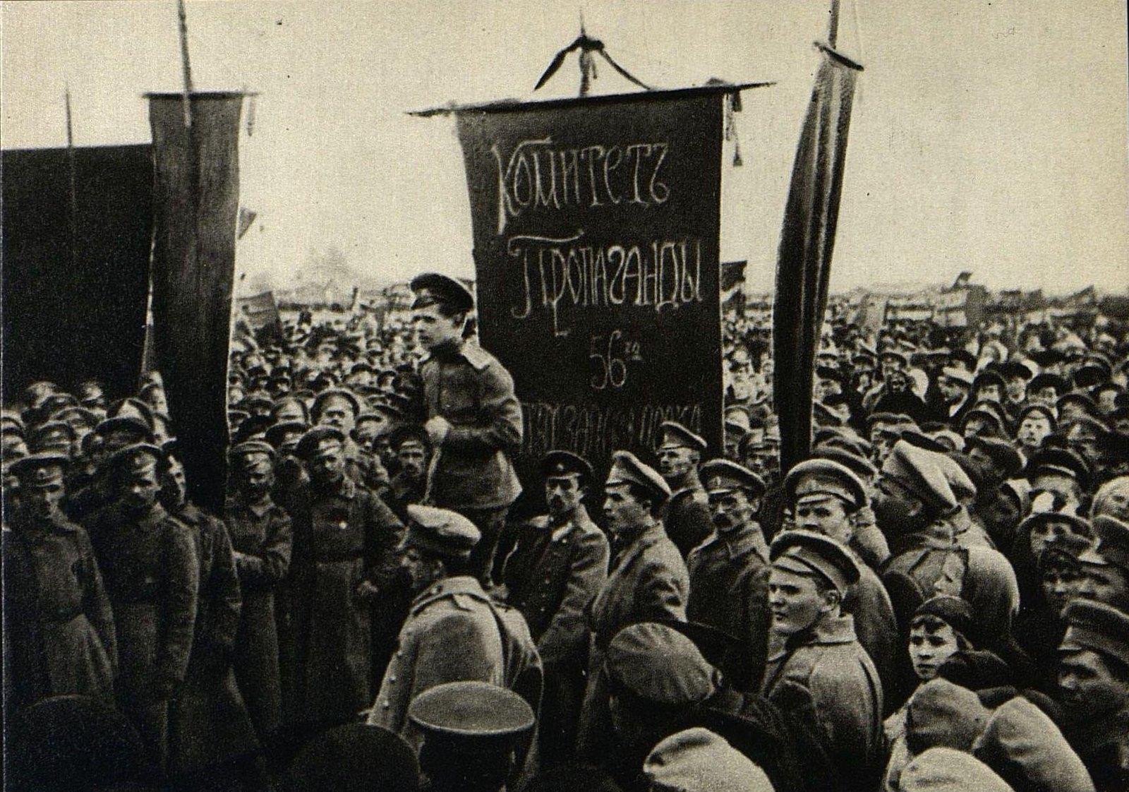 1 мая. Празднование 1 Мая в Москве. Митинг рабочих Бутырского района и солдат 56-го запасного пехотного полка на Ходынском поле.