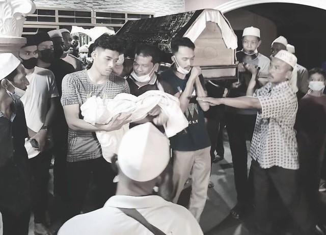 Isteri Sempat Kucup Jenazah Anak, Ibu Mertua &Amp; Bayi Syafiq Ahmad Selamat Dikebumi