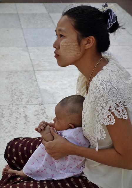 Myanmar / Burma, Yangon, Unterwegs auf dem prächtigen Shwedagon, religiöses Zentrum des Landes  religiöses Zentrum des Landes , Mutter,    78060/13220