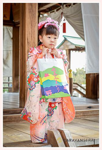 七五三 3歳の女の子 神社さんからのお下がりをもって(千歳飴)