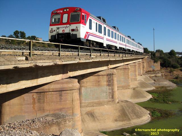 Tren de Cercanías de Renfe (Línea C-3) cruzando el puente sobre la Rambla del Poyo o Barranco de Chiva. CHESTE (Valencia)