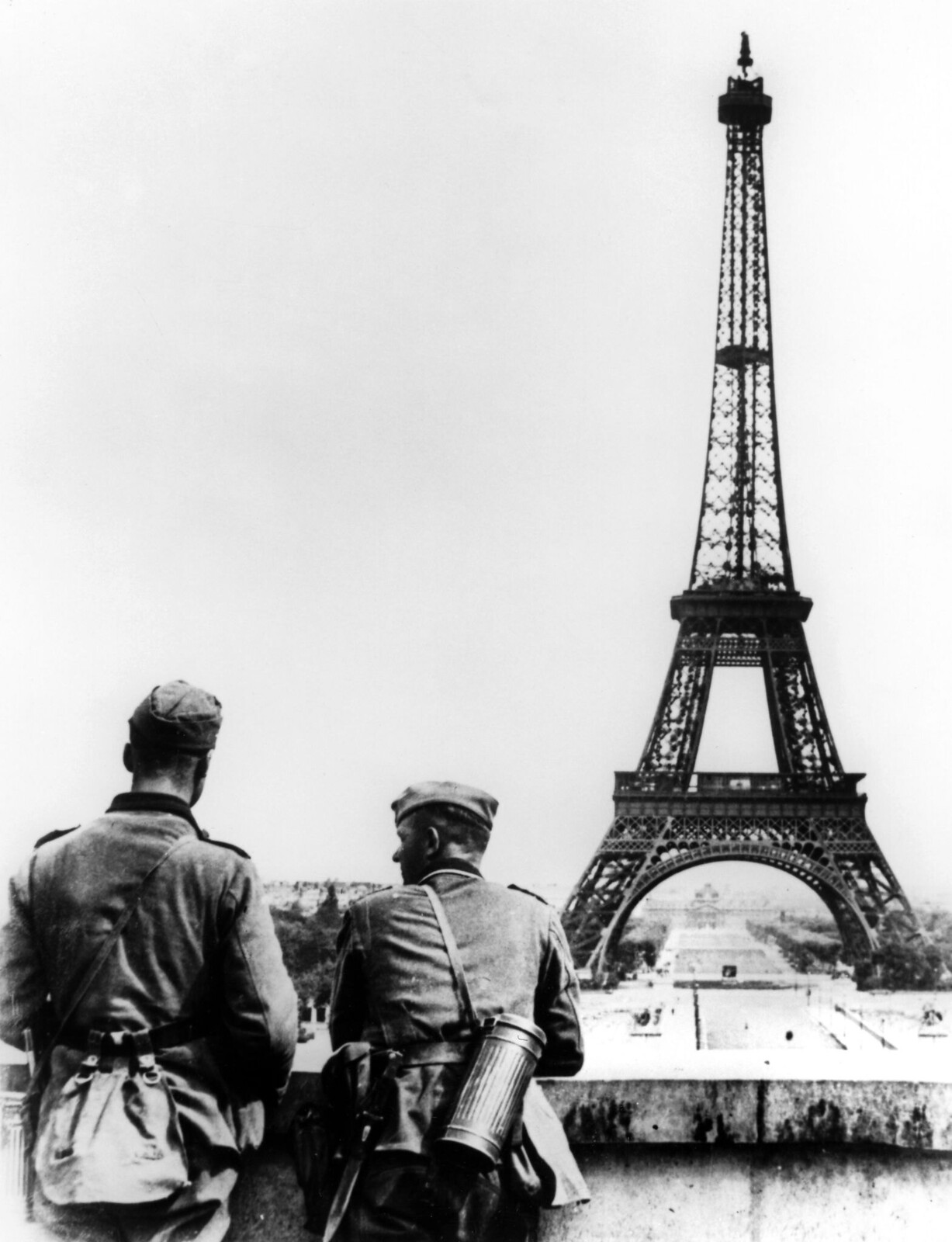 11. Немецкие солдаты у Эйфелевой башни в Париже, июнь