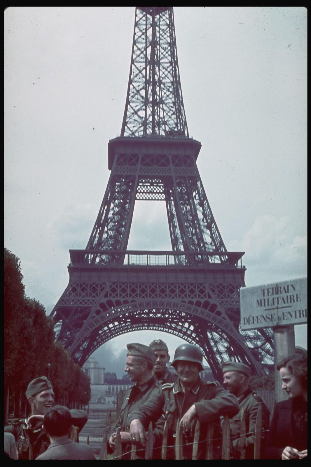 08. Немецкие солдаты перед Эйфелевой башней