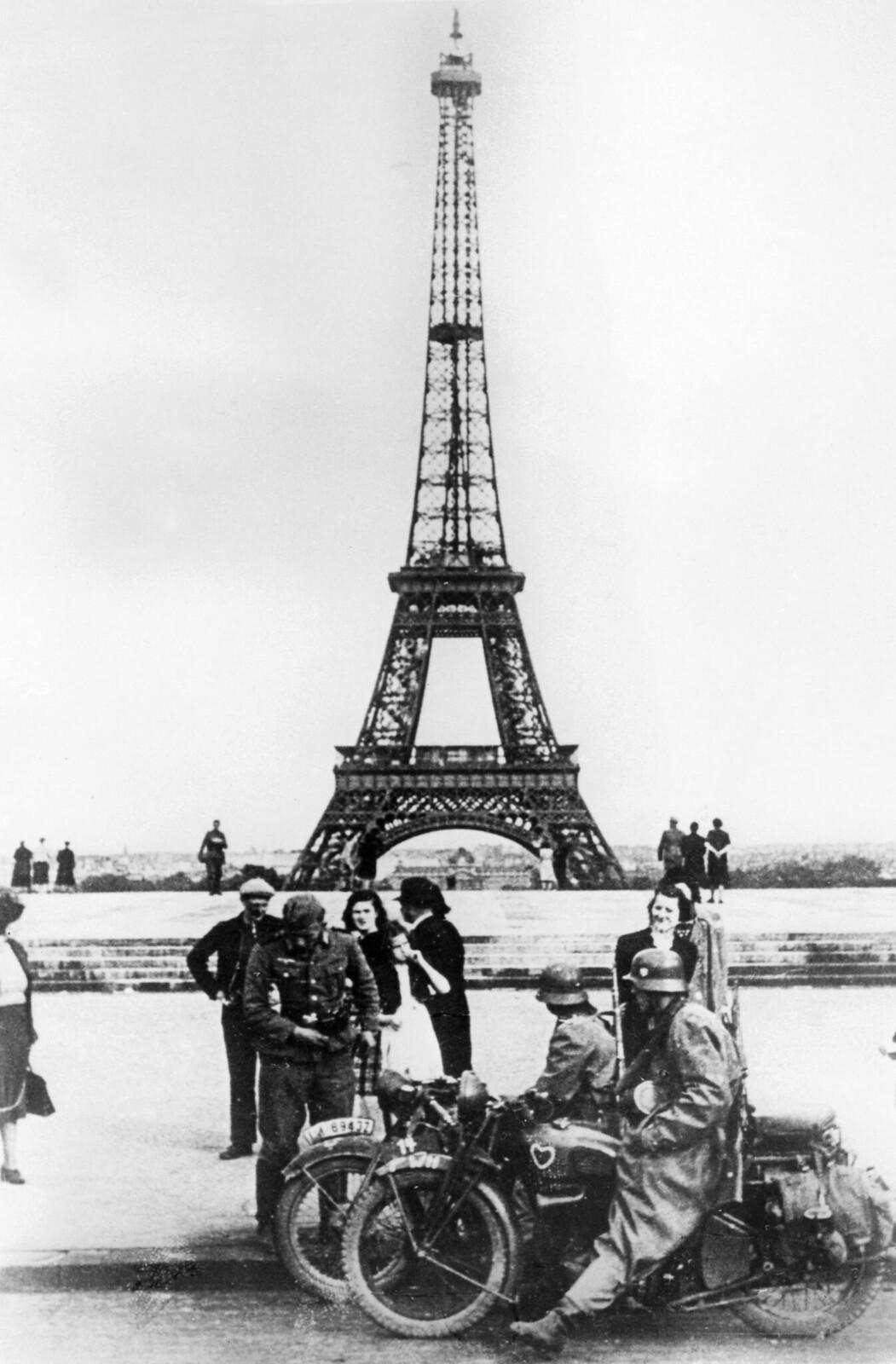 07. Немецкие солдаты перед Эйфелевой башней