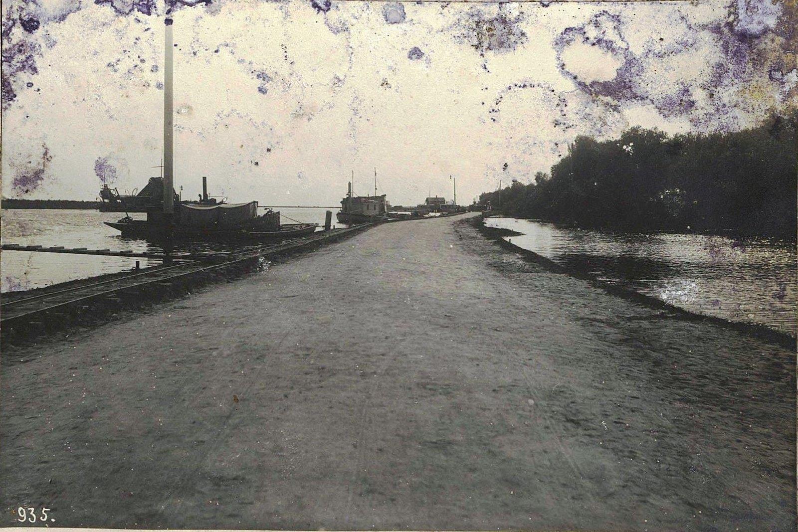 Дорога вдоль реки