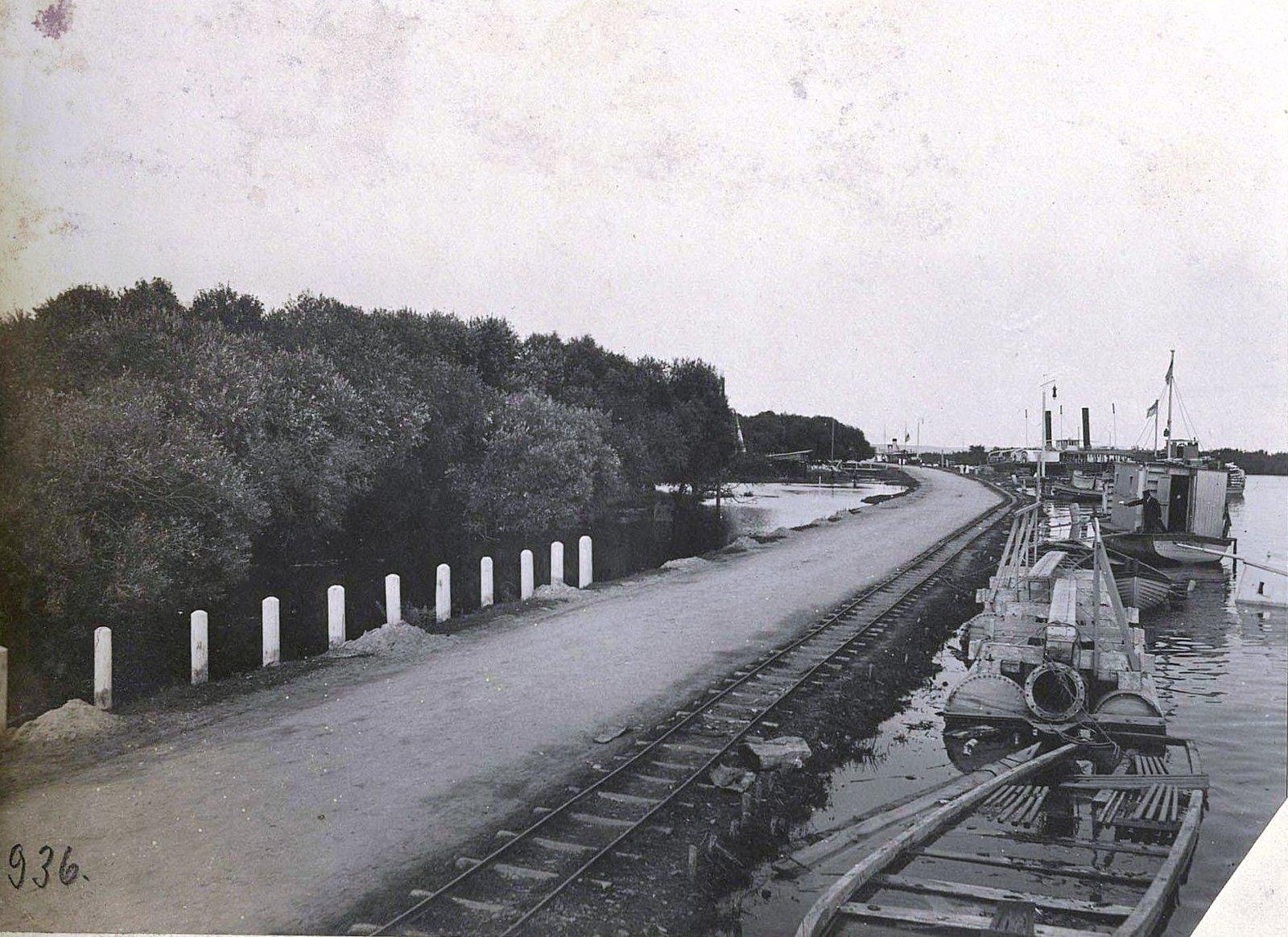 Дорога вдоль реки.