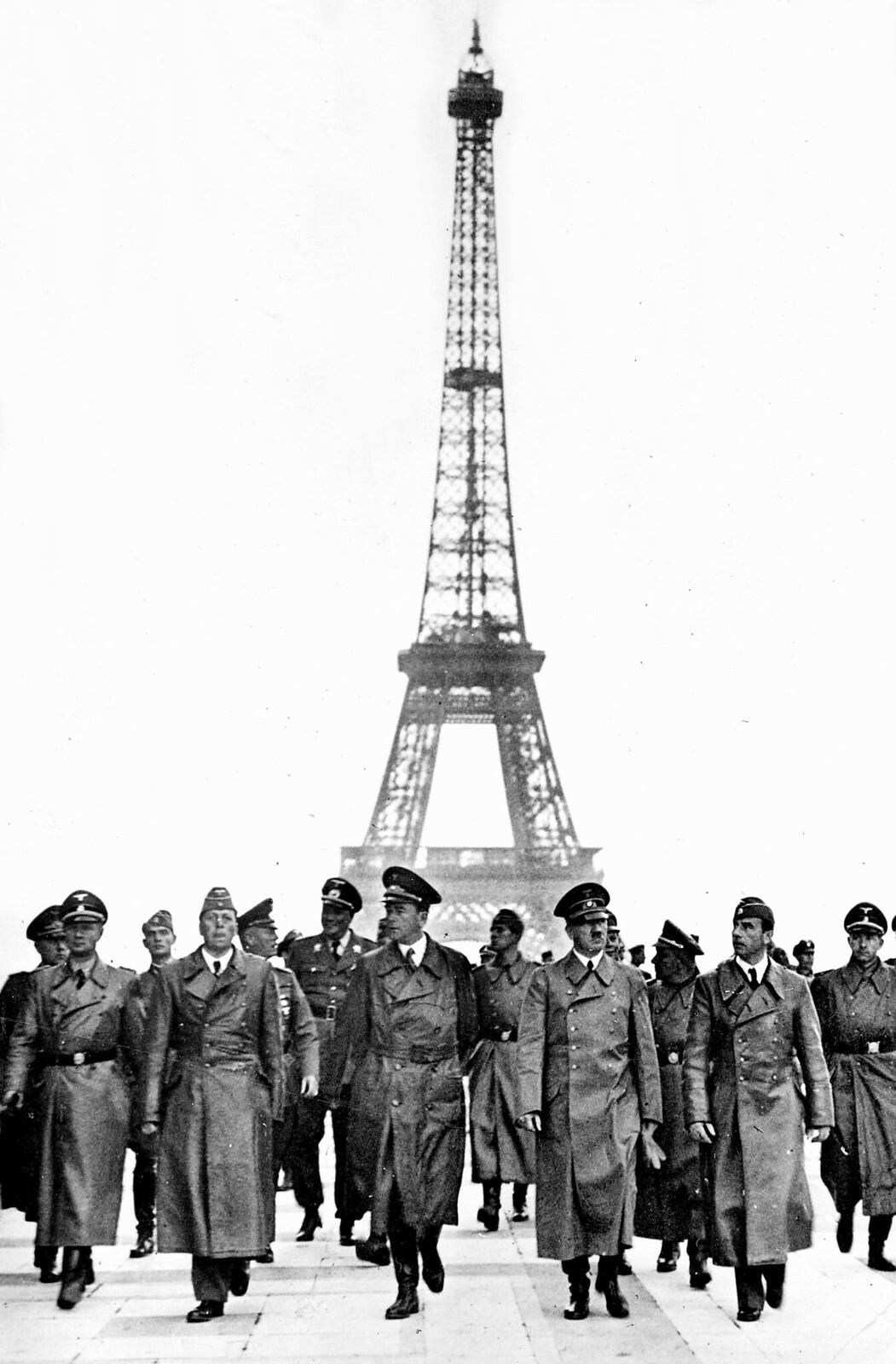 17. Адольф Гитлер  на эспланаде дворца Шайо, с архитектором Альбертом Шпеером (слева), скульптором Арно Брекером (справа) и его сотрудни