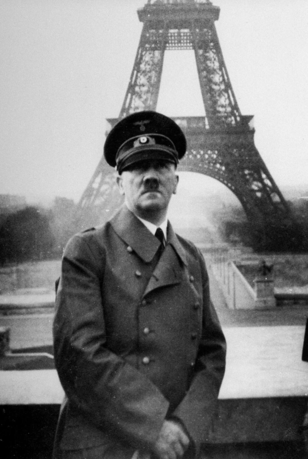 15. Адольф Гитлер позирует перед Эйфелевой башней