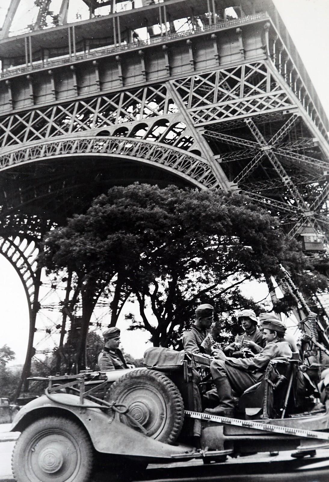 19. Немецкие солдаты сидят в машине под Эйфелевой башней