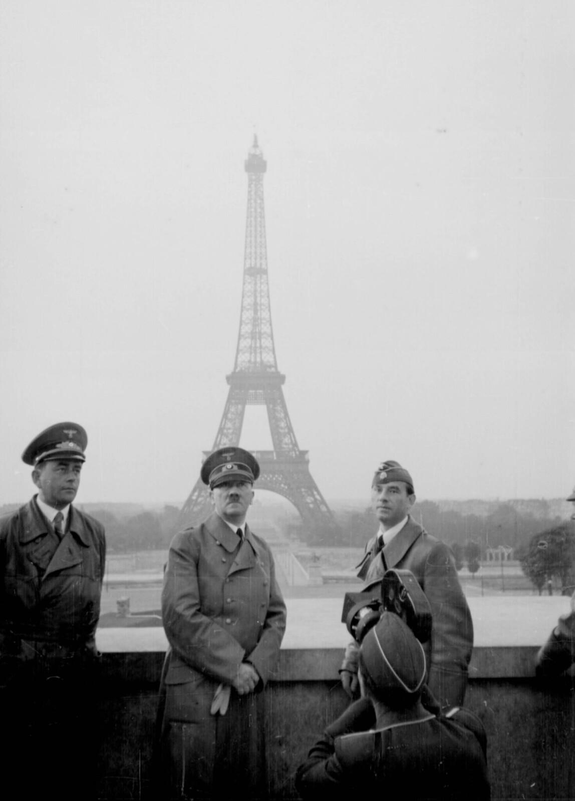 16. Адольф Гитлер с Альбертом Шпеером (слева) и Арно Брекером (справа) позируют перед Эйфелевой башней