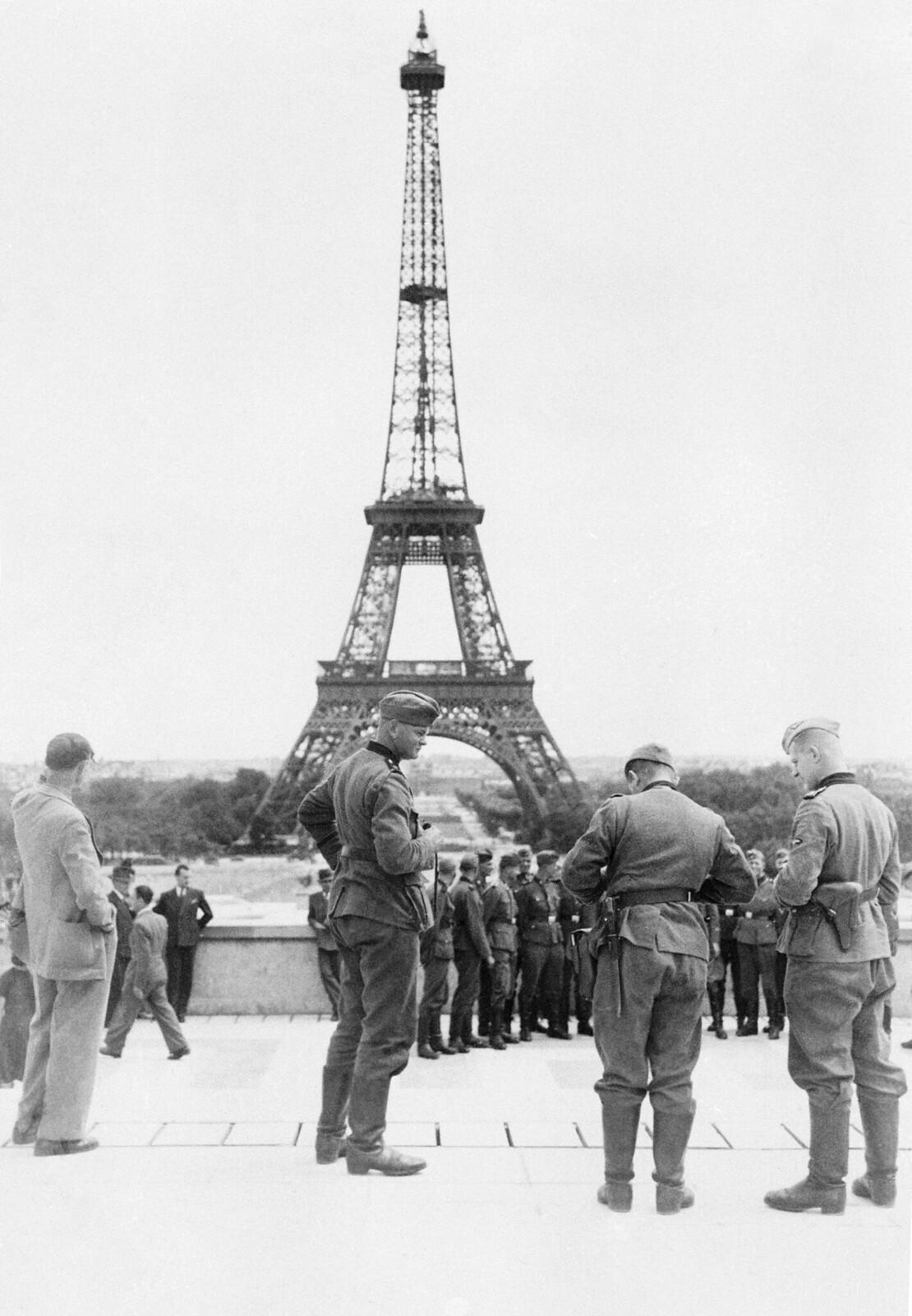 09. Немецкие солдаты радостно фотографируются на фоне Эйфелевой башни