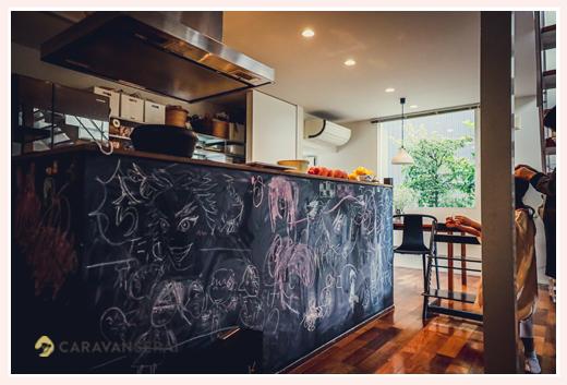キッチンカウンターの下の部分が落書き用黒板になったうち