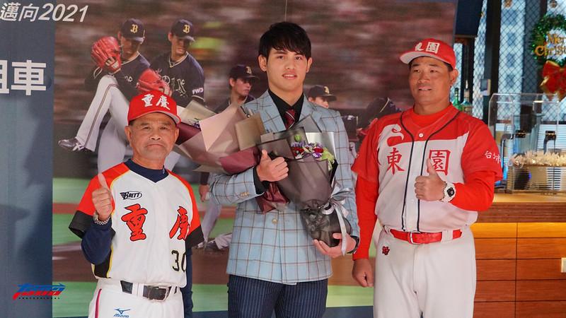 重慶國中教練劉明光(左)、張奕(中)、東園國小教練賴敏男(右)。(攝影賴柏安/現場拍攝)
