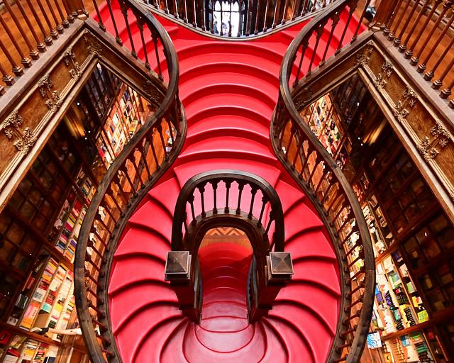 Escalera roja de la librería Lello