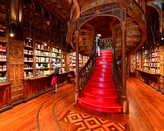Escalera roja de la librería Lello de Oporto