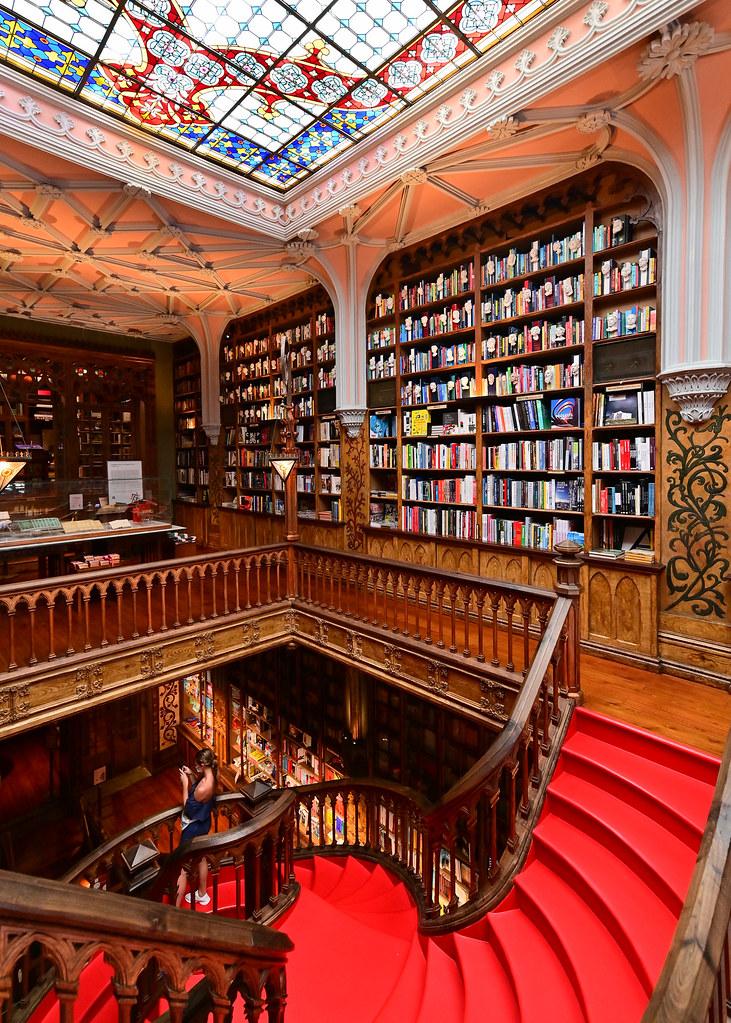 Escalera y estantería de libros de la librería Lello