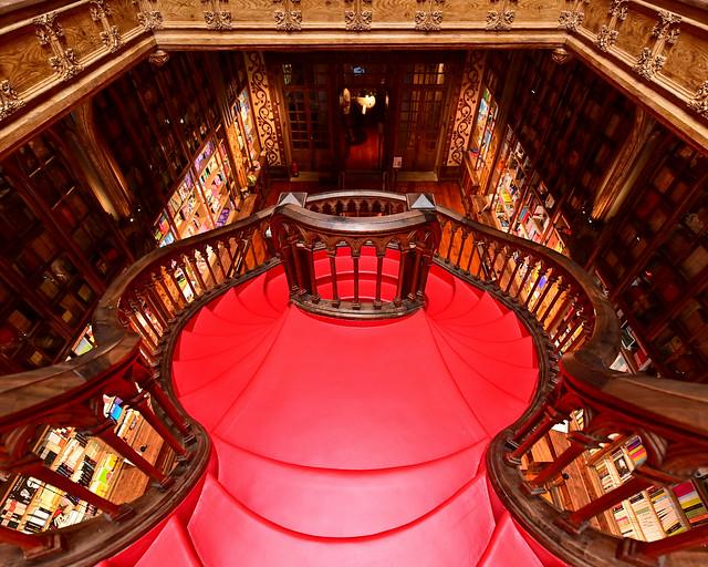 Maravillosa escalera roja de la librería Lello & Irmao de Oporto