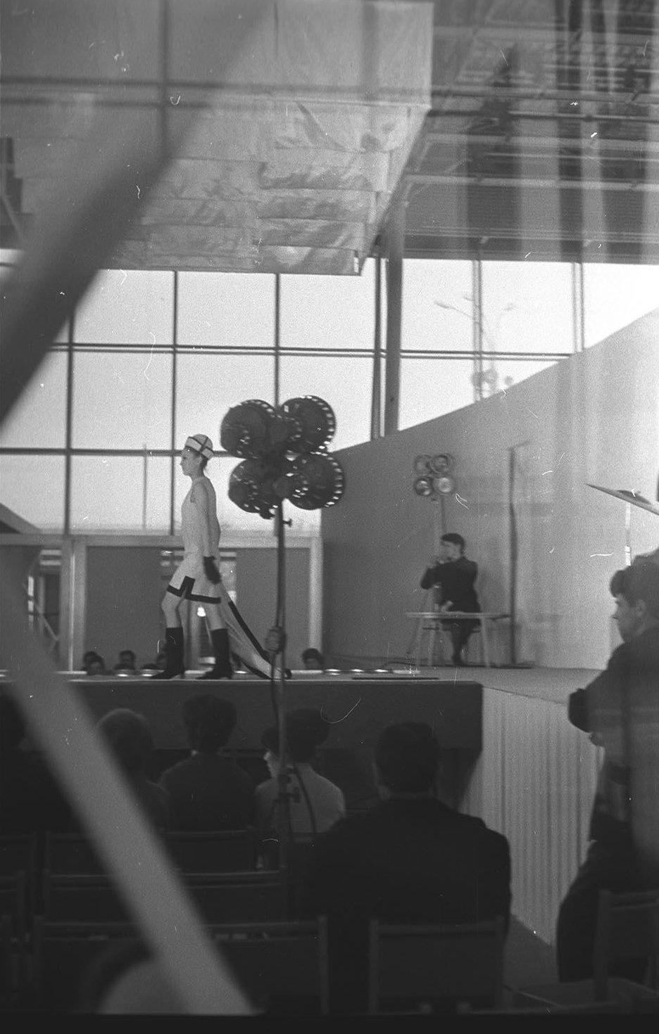 1960-е. Демонстрация мод. Павильон «Межотраслевых выставок» на ВДНХ