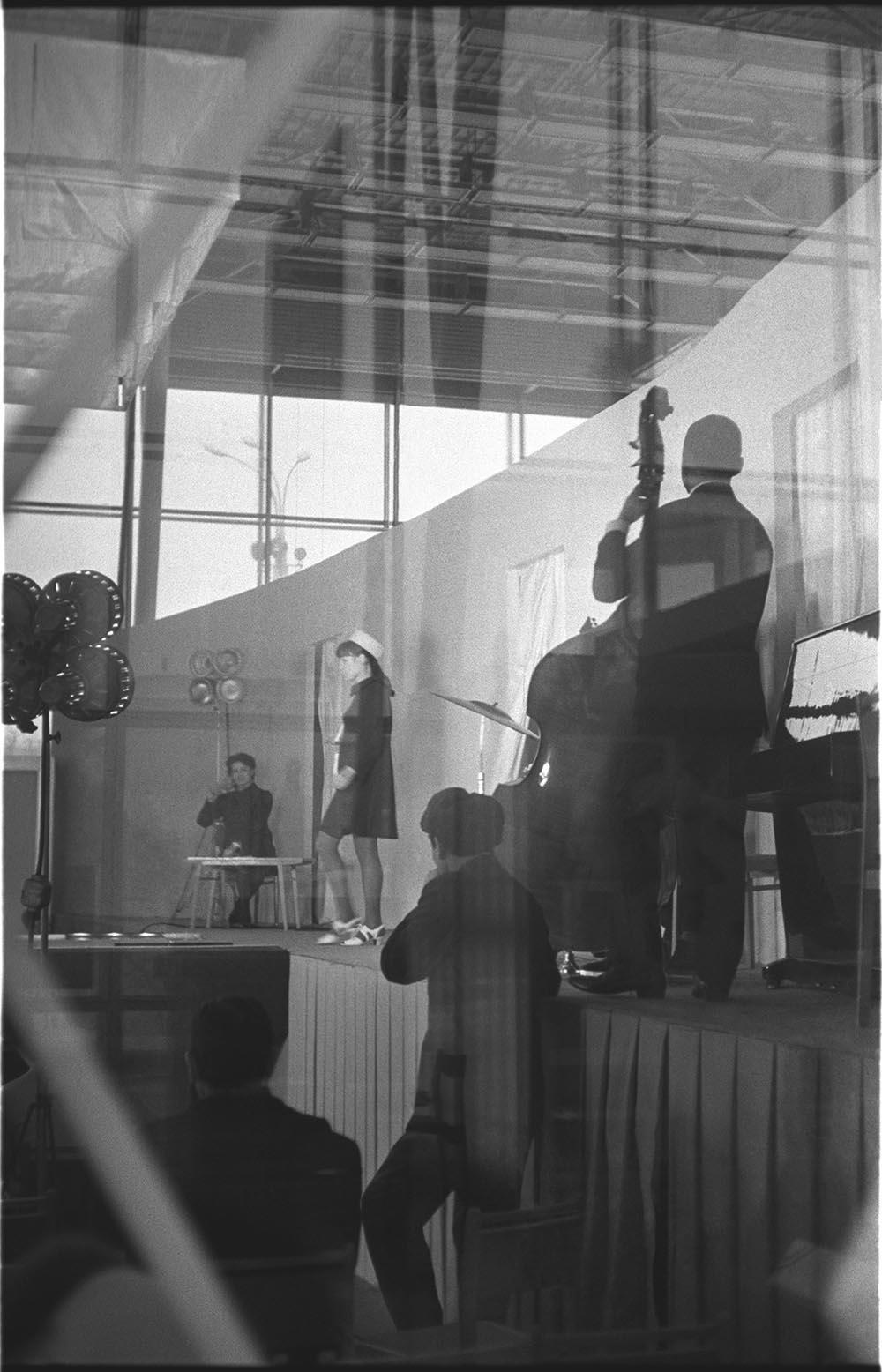 1960-е. Демонстрация мод. Павильон «Межотраслевых выставок» на ВДНХ.