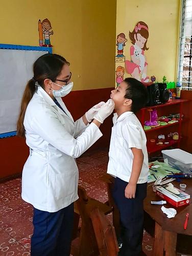 Evaluación dental y fluorización en pacientes infantiles