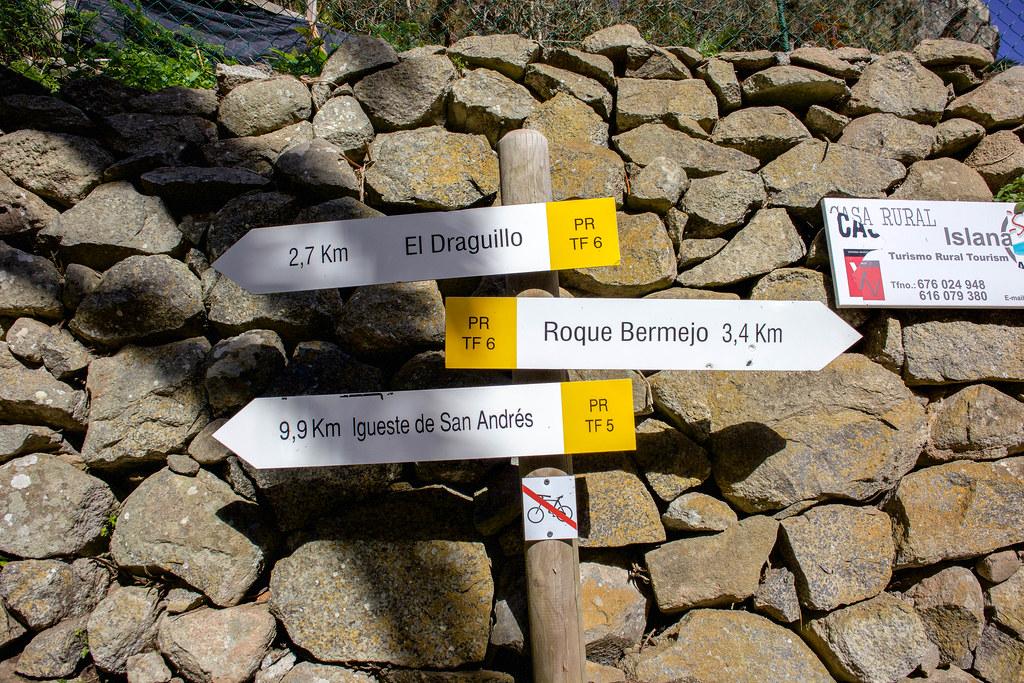 Señales de senderos desde Chamorga
