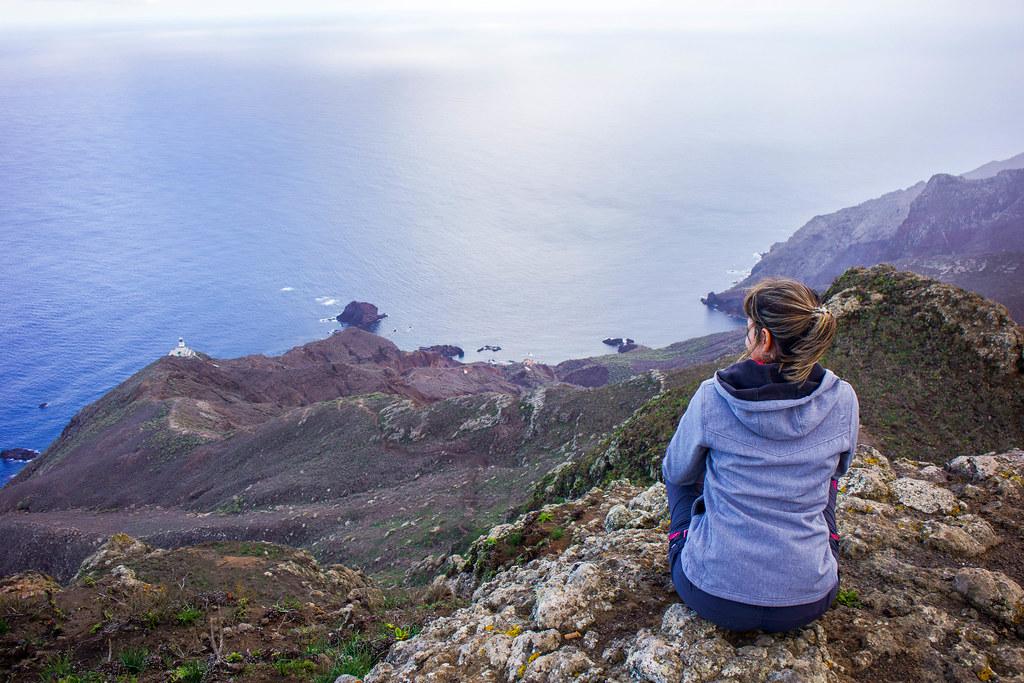 Vista de Roque Bermejo y Faro de Anaga desde las casas de Tafada