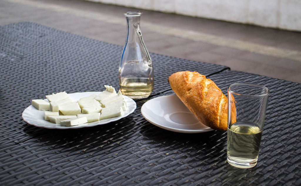 Plato con queso, pan y vino tras un sendero desde Chamorga