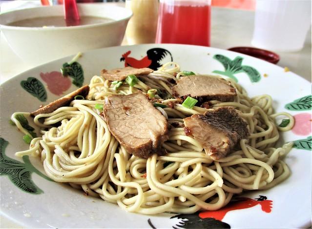 Hee's Corner kampua mee with stewed pork slices & meatball soup