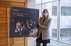 La concejala de Cultura, Beatriz Gámiz, con el cartel de la nueva programación.