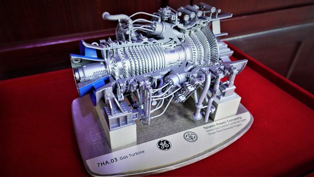 GE公司致贈台電7HA.03燃氣氣輪機模型。孫文臨攝