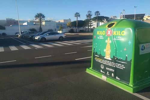 Contenedor identificado con la imagen de la campaña en la Plaza de Arinaga