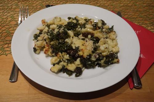 Auflauf aus Grünkohl, Rosinen, Spätzle, Sahne und Parmesan