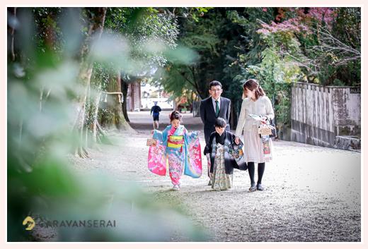 猿投神社で七五三 境内を歩く家族