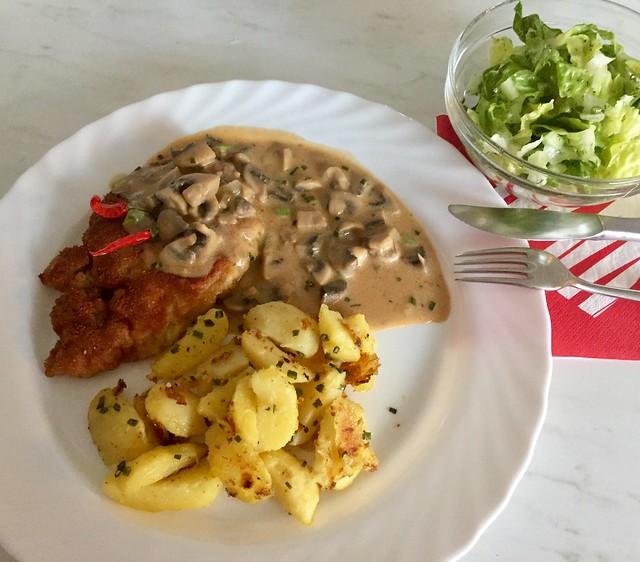 Kammkotelett,Röstkartoffel,Champignon und Salat.