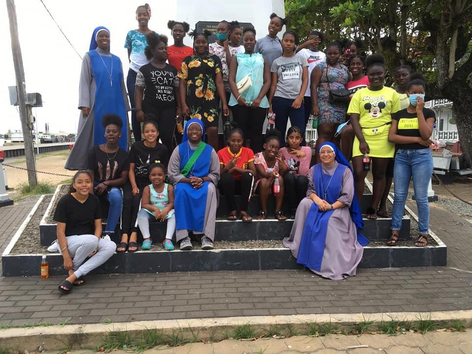 SURINAME: Peregrinación con las chicas de la residencia a Paramaribo y día de retiro