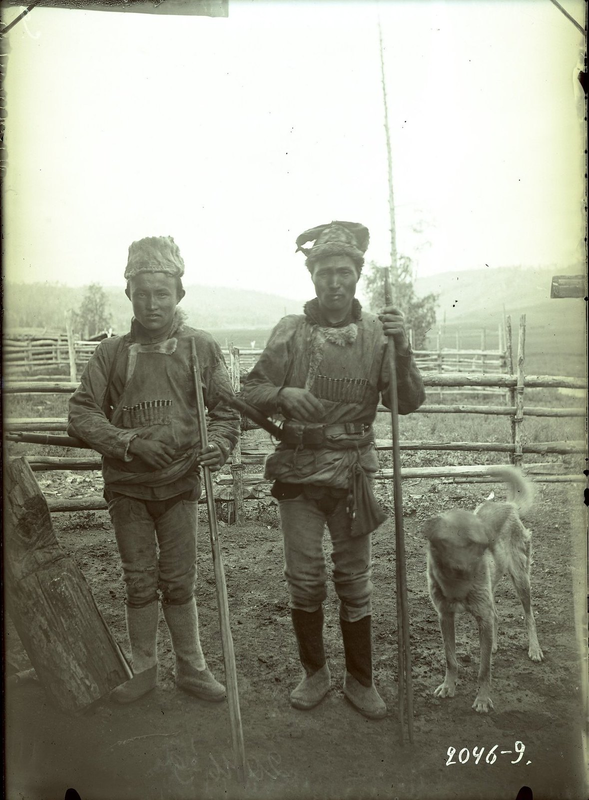 Мужчины в охотничьих костюмах