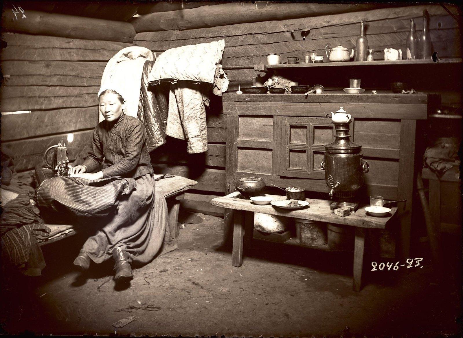 Женщина за шитьем в летнем доме