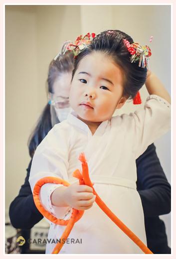 七五三 お支度シーン(日本髪を結って、着物の着付け)