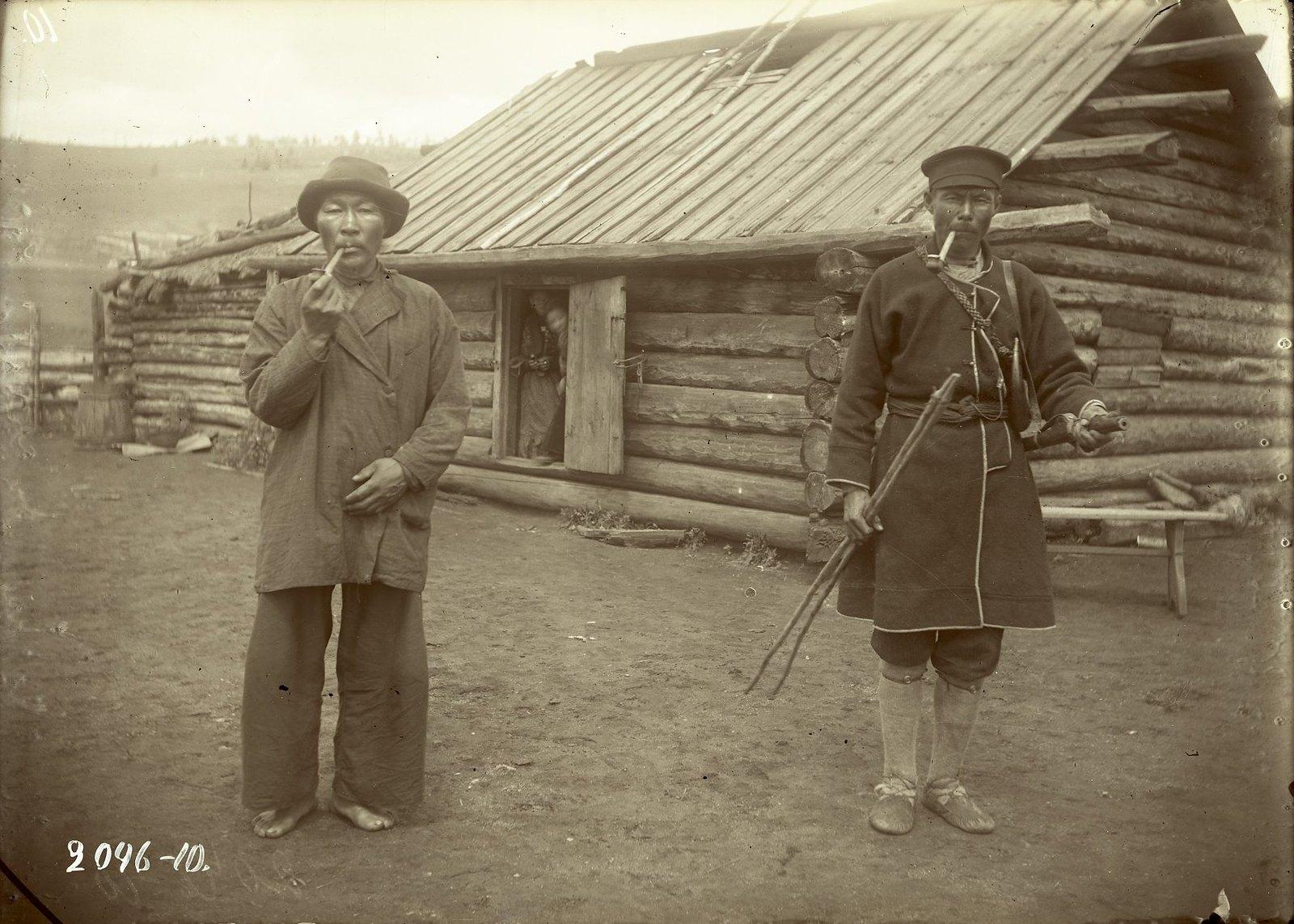 Мужчины в повседневном (слева) и охотничьем (справа) костюмах