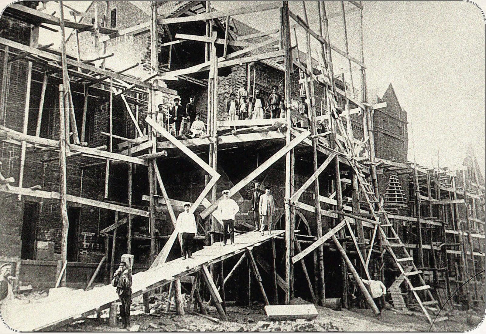 10. Губернаторская улица. Строительство банка. 1911