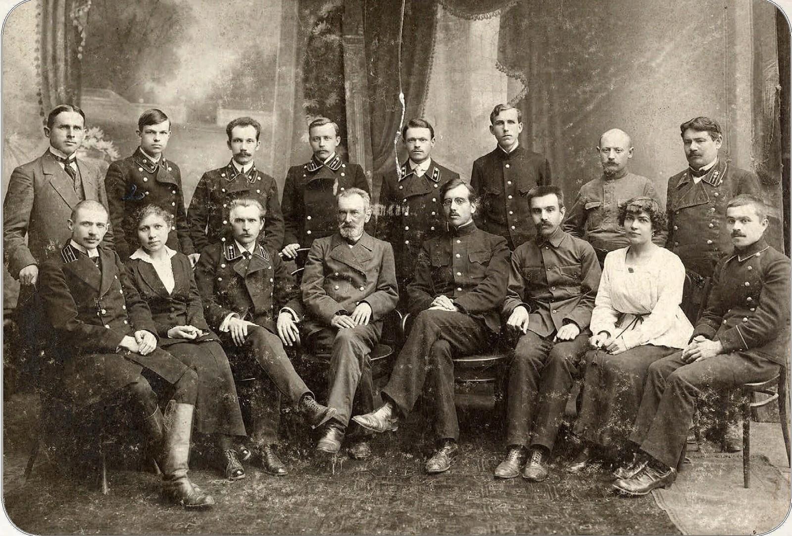 01. Служащие пензенской почтово-телеграфной конторы. 1917