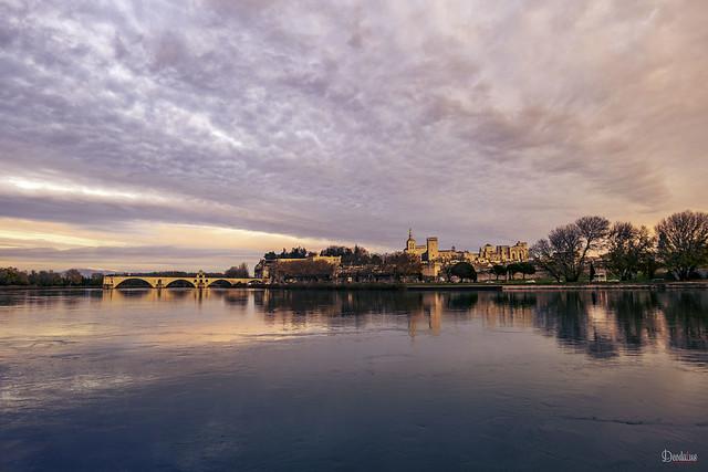 Avignon - Le Pont Saint-Benezet et en arrière plan le Mont Ventoux