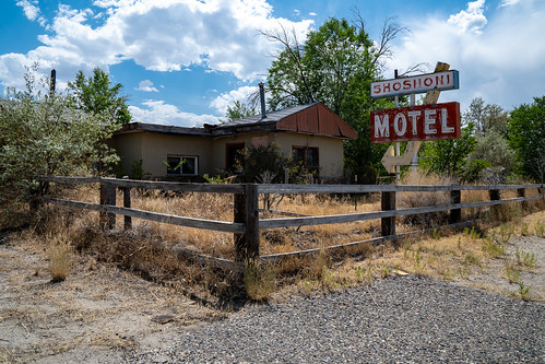 shoshoniwyoming midcenturymodernstyle old decaying vintage rundown abandoned neonsign shoshonimotel midcenturyarchitecture hotel lodging dilapidated motel rural sign forgotten fence wyoming