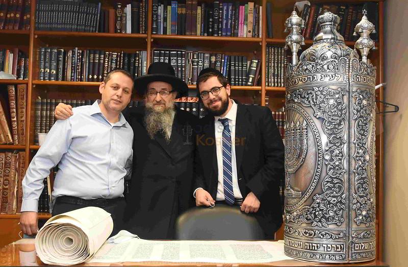 La Flia Yampolsky dono un sefer tora a la Yeshiva Jajam Nisim Cohen Yeshiva Jajam Nissim Cohen