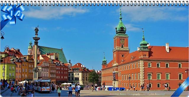 Polónia - Varsóvia é hoje uma cidade alegre, a onde as cores dos edifícios de traça antiga do centro histórico se multiplicam e encantam quem a visita. Parcialmente destruída na II Guerra Mundial, renasceu das cinzas para nos brindar com a sua beleza.