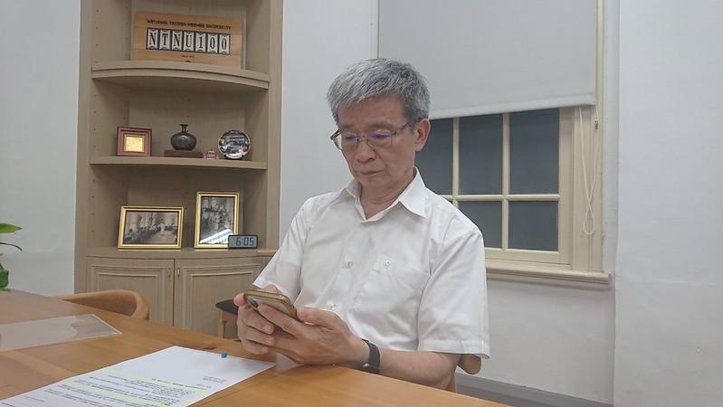 校長吳正己現場示範播打專責導師24小時電話。圖/廖郁菁攝
