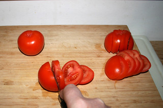 02 - Cut tomatoes in slices / Tomaten in Scheiben schneiden