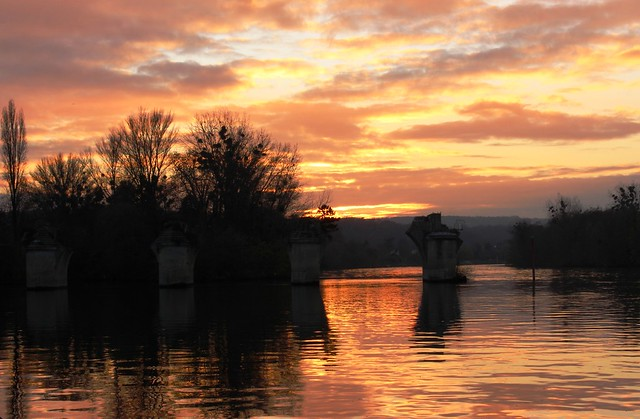 France - Poissy -  Le Vieux Pont sur la Seine au couchant - The  Old Bridge over the Seine river at sunset