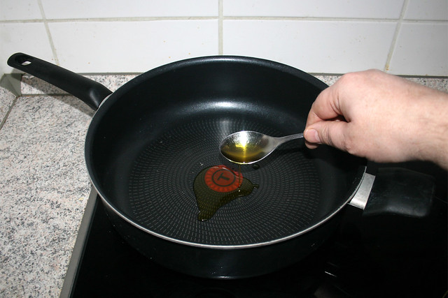 16 - Heat oil in pan / Öl in Pfanne erhitzen