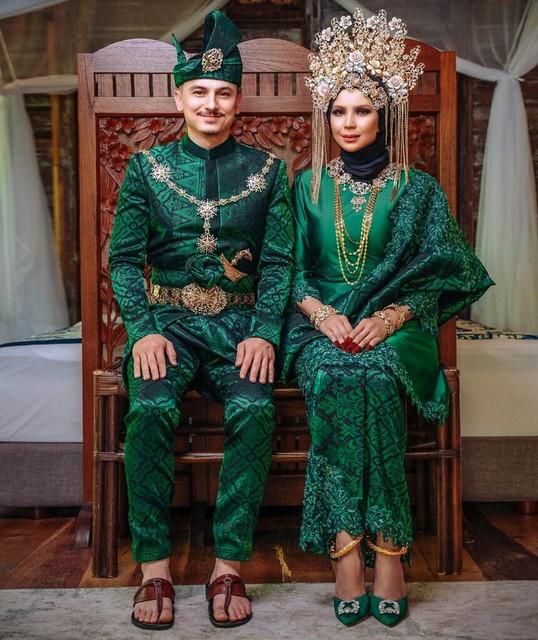 Sambut Ulangtahun Perkahwinan Tahun Ke-7, Che Ta & Zain Saidin Bersanding Lagi